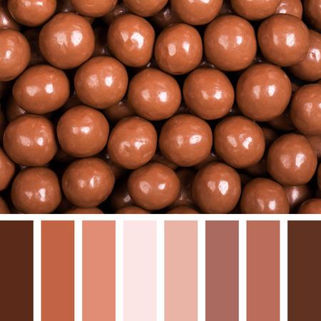 paletas de caramelo: Dulces del chocolate de fondo. En una paleta de colores con muestras de color de regalo.