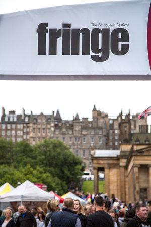 EDIMBURGO - 15 agosto: Folle godersi il festival annuale frangia di Edimburgo, il August15 2015 a Edimburgo, in Scozia