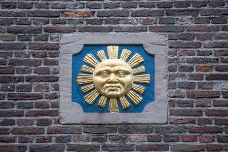 edad media: AMSTERDAM, Países Bajos - 9 de julio 2014: piedra a dos aguas decorativo en la pared de un edificio antiguo en Amsterdam. En la Edad Media, estos fueron utilizados para identificar las casas ya que muchas personas no sabían leer.