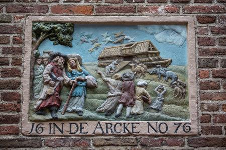 edad media: AMSTERDAM, Pa�ses Bajos - 9 de julio 2014: piedra a dos aguas decorativo en la pared de un edificio antiguo en Amsterdam. En la Edad Media, estos fueron utilizados para identificar las casas ya que muchas personas no sab�an leer.