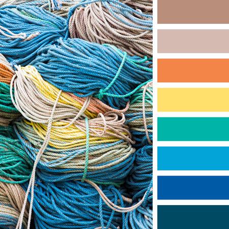 paleta de pintor: Apilados cuerdas de nylon de colores en el muelle. En una paleta de colores con muestras de color de regalo. Foto de archivo