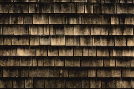 shingles: Un fondo de las tejas de madera antiguas en tonos cálidos de madera. Foto de archivo