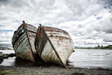 Twee verlaten vissersboten in Salen Sound, Isle of Mull, Binnen-Hebriden, Schotland. Bleach bypass verwerking.