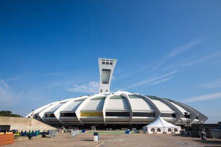 deportes olimpicos: Montreal Canadá - DE SEPT 05 2014: Un panorama cosido del icónico estadio olímpico de Montreal. Montreal fue sede de los Juegos Olímpicos de verano en 1976, los primeros juegos que se celebrarán en Canadá.