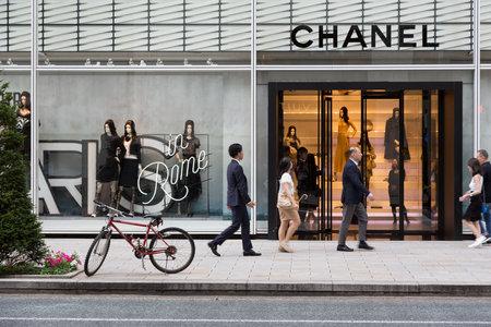 도쿄, 일본 - 2016 년 6 월 24 일 : 긴자의 고가 쇼핑 가인 샤넬 (Shanel)이 프랑스 패션 가게를지나갑니다. 스톡 콘텐츠 - 65470857