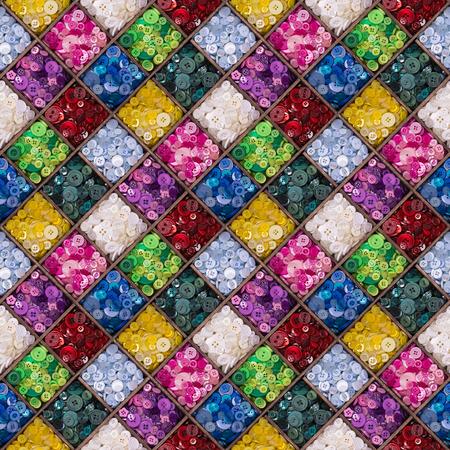 나무로되는 저장 상자에 표시하는 다채로운 단추의 원활한 패턴입니다. 포장지, 벽지 또는 섬유 인쇄에 적합한 접이식 디자인.