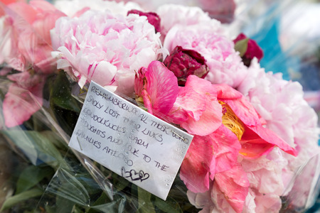 tributos: London, UK - 7 June 2017: Floral tributes laid as a memorial to the victims of the terrorist attack that to place in Borough Market and London Bridge on 4th June 2017.