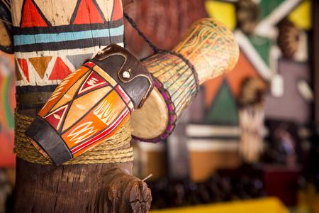Tambores artesanales tradicionales a la venta en Lesedi Cultural Village, Sudáfrica, Foto de archivo - 80170527