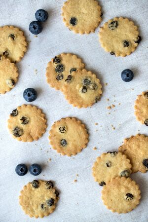Flat lay of blueberry shortbread with fresh blueberries, on linen tablecloth. 스톡 콘텐츠