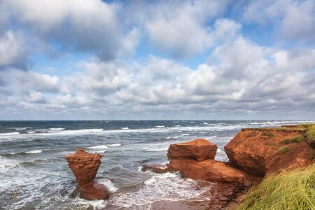 The Teacup rock, named for the resemblence to a cup and saucer, in Thunder Cove beach, Prince Edward Island, Canada Archivio Fotografico
