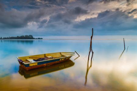 holgaz�n: el barco amarrado ociosa en la playa Foto de archivo