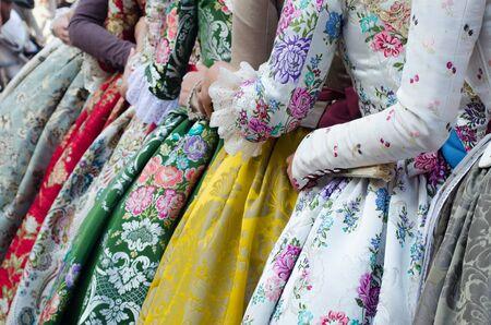 Robe traditionnelle des Falleras avec des fleurs, Espagne, Valence.