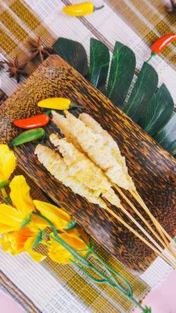 Selective focus, blurry, Telur Gulung is street food that is made from eggs that mixed with bihon (rice noodles) and rolled with a skewers. 版權商用圖片