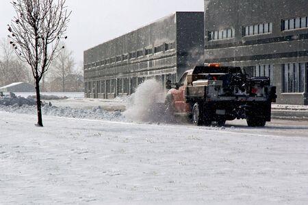 Sneeuw beploegen het schoonmaken van het parkeerterrein.