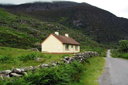 Cottage mit malerischen Steinmauer. Standard-Bild - 3878116