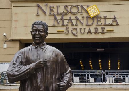 democracia: JOHANNESBURGO - 10 de marzo: Estatua de bronce de Nelson Mandela el 10 de marzo de 2013 en Johannesburgo. La construcci�n de esta estatua marc� el 10 � aniversario de la democracia en Sud�frica. Editorial