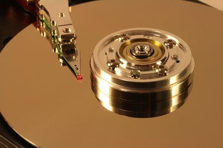 Internes d'un disque dur. La tête est dans le cadre d'un faisceau laser rouge. Banque d'images - 682499