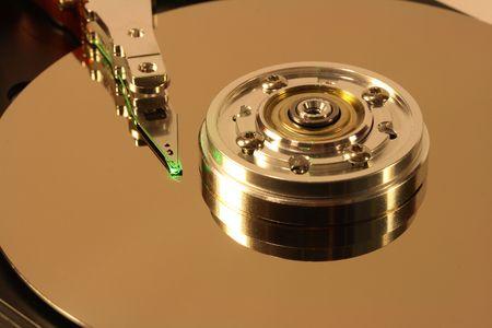 Internes d'un disque dur. La tête est dans le cadre d'un faisceau laser vert.  Banque d'images - 682491