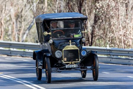 アデレード, オーストラリア - 2016 年 9 月 25 日: ヴィンテージ 1915 フォード モデル T ツアラー、町の日本南近くの田舎道を走行します。 報道画像
