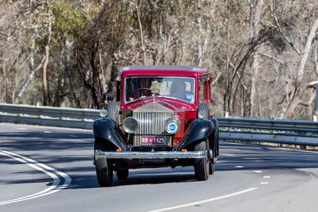 Adelaide, Australië - 25 september 2016: Vintage 1925 Rolls Royce Phantom 1 Limosine rijden op landwegen in de buurt van Birdwood, Zuid-Australië.
