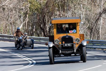 アデレード, オーストラリア - 2016 年 9 月 25 日: ヴィンテージ 1926 シボレー スペリア K トラックの国、町の日本南近くの道路に運転。
