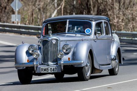 アデレード, オーストラリア - 2016 年 9 月 25 日: ヴィンテージ 1947 ライリー、町の日本南近くの田舎道を走行します。