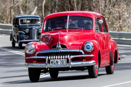 Adelaide, Australia - 25 settembre 2016: Vintage 1954 Holden FJ Sedan guida su strade di campagna vicino alla città di Birdwood, Australia meridionale.