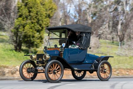 애들레이드, 호주 -2006 년 9 월 25 일 : 빈티지 1913 포드 T 거북 갑판 마을 Birdwood, 사우스 오스트레일리아 근처 국가로에 운전.