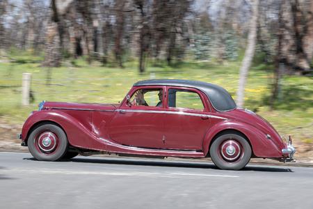 オーストラリア、アデレード-9 月25日 2016: ビンテージ1950南オーストラリア州バードウッドの町の近くの田舎道を運転するライリー RMB セダン。 報道画像