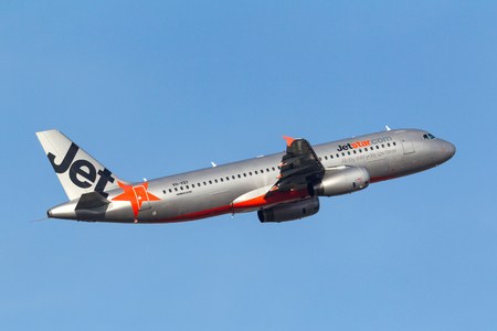 Melbourne, Australia - September 24, 2011: Low cost Airline Jetstar Airways Airbus A320-232 VH-VQY departing Melbourne International Airport. Banco de Imagens - 98564311