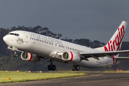 Melbourne, Australia - November 10, 2011: Virgin Australia Airlines Boeing 737-8FE VH-YVA departing Melbourne International Airport. Banco de Imagens - 98564313