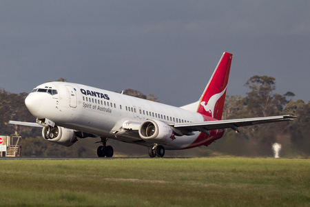 Melbourne, Australia - November 10, 2011: Qantas Boeing 737-476 VH-TJU departing Melbourne International Airport. Banco de Imagens - 98564323