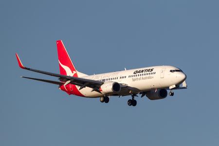 Melbourne, Australia - September 25, 2011: Qantas Boeing 737-838 VH-VXO on approach to land at Melbourne International Airport. Banco de Imagens - 98564333