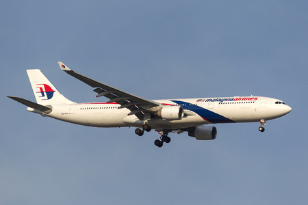 Melbourne, Australia - September 28, 2011: Malaysia Airlines Airbus A330-323X 9M-MTC on approach to land at Melbourne International Airport. Banco de Imagens - 98564367