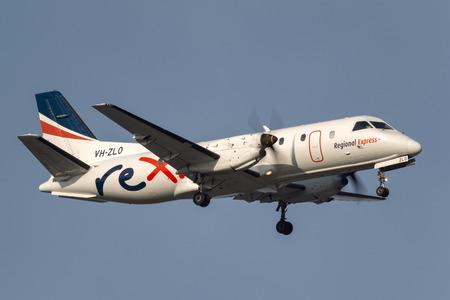 Melbourne, Australia - November 10, 2011: Regional Express (REX) Airlines Saab 340B VH-ZLO on approach to land at Melbourne International Airport. Reklamní fotografie - 98564368