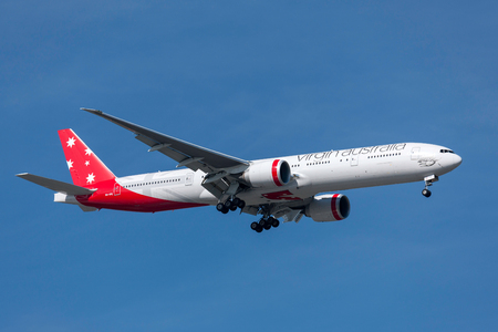 Melbourne, Australia - November 17, 2011: Virgin Australia Airlines Boeing 777-3ZG/ER VH-VPE on approach to land at Melbourne International Airport. 新聞圖片