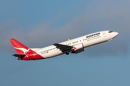 Melbourne, Australia - September 24, 2011: Qantas Boeing 737-476 VH-TJK departing Melbourne International Airport. Banco de Imagens - 98564411