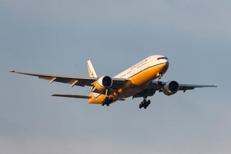 Melbourne, Australia - September 28, 2011: Royal Brunei Airlines Boeing 777-212/ER V8-BLA on approach to land at Melbourne International Airport. Banco de Imagens - 98564473