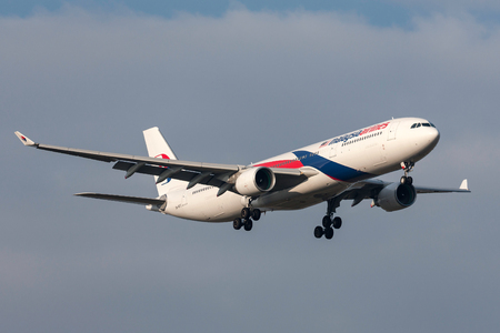 Melbourne, Australia - September 28, 2011: Malaysia Airlines Airbus A330-323X 9M-MTC on approach to land at Melbourne International Airport. Banco de Imagens - 98564484