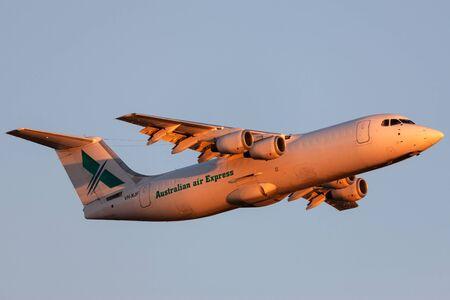 Adelaide, Australien - 7. Januar 2013: Australian Air Express (National Jet Systems) British Aerospace 146-300 Flugzeuge VH-NJF, die bei Sonnenuntergang vom Flughafen Adelaide starten.