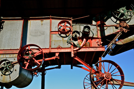 Oldv threshing machine in storage building Imagens