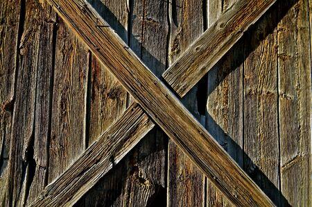 Steun aan weer en wind houten staldeur zorgt voor een perfecte X