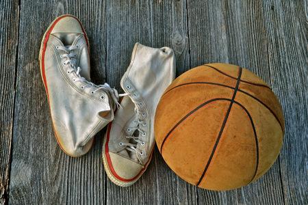 Lederen basketbal en een paar vintage gymschoenen