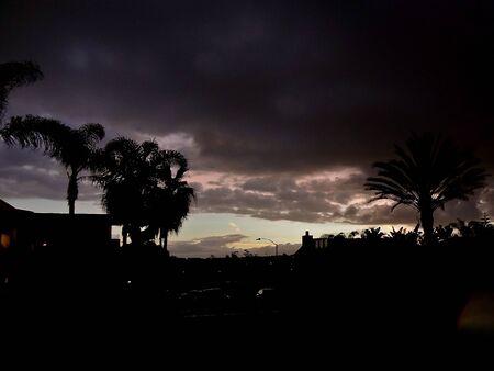 verdunkeln: Ann�herung Sturm Wolken verdunkeln den Himmel in einer Stadt Lizenzfreie Bilder