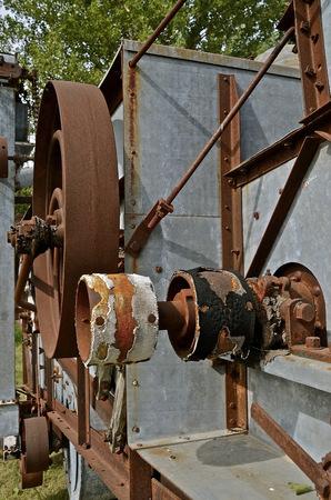 pulleys: Poleas viejos en una trilladora