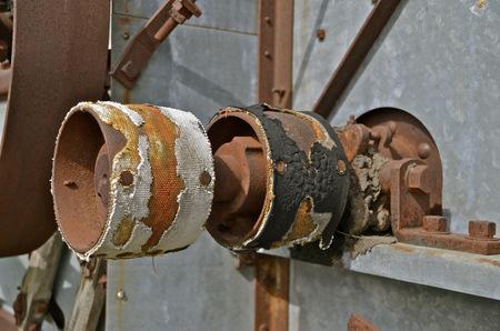 poleas: Poleas desgastadas de una antigua trilladora Foto de archivo