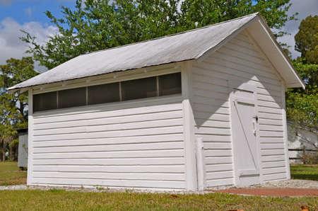 換気と新たに塗られた古い小屋