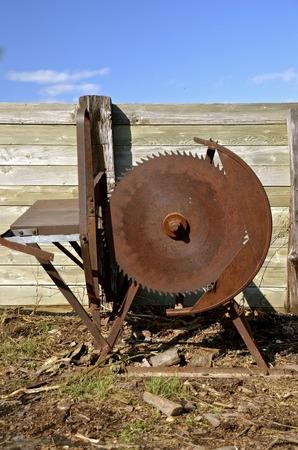 Enorme gevaarlijke roestige oude cirkelzaag voor het zagen van hout