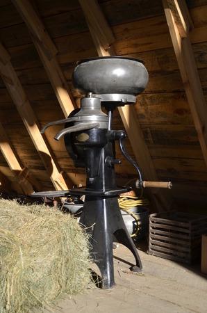 오래 된 크림 분리기 인근 건초의 여러 베일에 건초 MOW에 저장됩니다. 스톡 콘텐츠 - 52520324