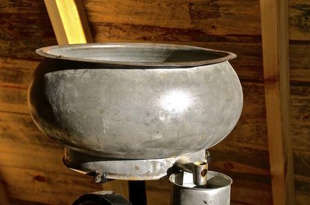 알루미늄 공급 장치 또는 낡은 크림 분리기 및 양동이의 로프트에있는 꼭지의 양동이